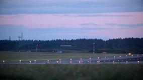 Vliegtuig die binnen voor het landen komen stock video