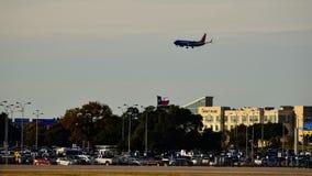 Vliegtuig die binnen voor het landen over de bouw en de vlag van Texas komen royalty-vrije stock foto's