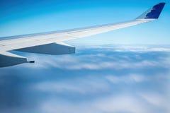 Vliegtuig die boven wolken vliegen Stock Foto