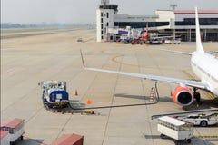 Vliegtuig die brandstof ontvangen stock afbeeldingen