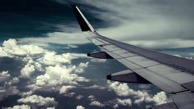 Vliegtuig die in de hemel, de wolken en de mooie zonneschijn vliegen stock footage
