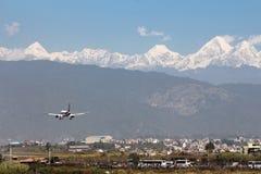 Vliegtuig die, de Luchthaven van Katmandu landen stock fotografie
