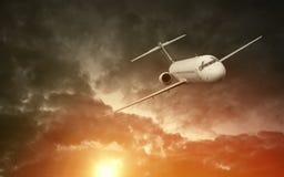 Vliegtuig die in de wolken vliegen Royalty-vrije Stock Foto's