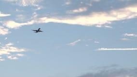 Vliegtuig die door de kleurrijke hemel van de Bermudas bij zonsondergang vliegen stock footage