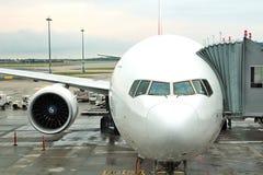 Vliegtuig die - door vliegtuig reizen Royalty-vrije Stock Foto