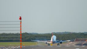 Vliegtuig die in Dusseldorf landen stock footage