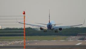 Vliegtuig die in Dusseldorf landen stock video