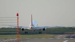 Vliegtuig die in Dusseldorf landen stock videobeelden