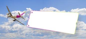 Vliegtuig die een leeg uithangbord slepen tegen een blauwe hemel - concept imag stock afbeeldingen
