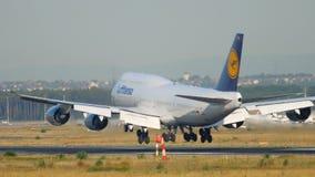 Vliegtuig die in Frankfurt landen stock video