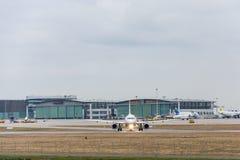 Vliegtuig die het plaatsen manoeuvres leiden royalty-vrije stock afbeelding