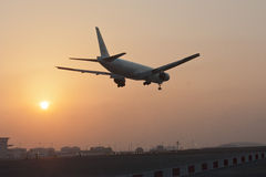 Vliegtuig die in Land komen Stock Foto's