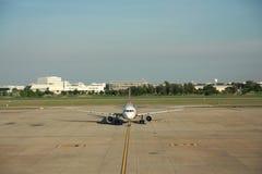 Vliegtuig die in luchthaven, Thailand landen Stock Foto's
