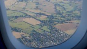 Vliegtuig die mening door het venster van vliegtuig opstijgen stock video