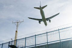 Vliegtuig die met blauwe hemel landen Royalty-vrije Stock Foto's