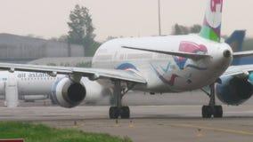 Vliegtuig die na het landen bij regenachtig weer taxi?en stock video