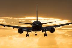 Vliegtuig die naar de ochtendzon vliegen stock fotografie