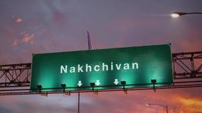Vliegtuig die Nakhchivan landen tijdens een prachtige zonsopgang stock footage