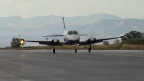 Vliegtuig die onderaan baan kruisen die afer landen stock footage
