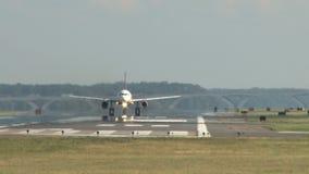 Vliegtuig die onmiddellijk nemen stock footage