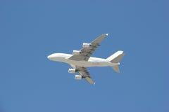 Vliegtuig die op Heldere Blauwe Hemel vliegen royalty-vrije stock afbeelding