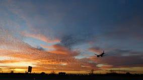Vliegtuig die op luchthaven landen stock foto's
