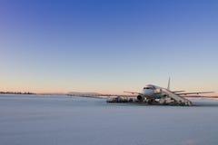 Vliegtuig die op passangers in Lapland, Finland wachten Stock Foto's