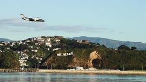 Vliegtuig die op Wellington Airport in Nieuw Zeeland landen stock videobeelden