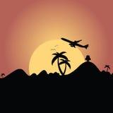 Vliegtuig die over berg met de illustratie van het palmsilhouet vliegen Stock Afbeelding