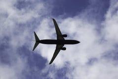 Vliegtuig die over in de hemel vliegen stock afbeeldingen
