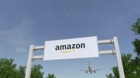 Vliegtuig die over de reclame van aanplakbord met Amazonië vliegen Com-embleem Het redactie 3D teruggeven Royalty-vrije Stock Foto's