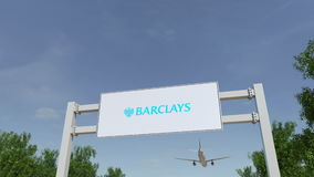 Vliegtuig die over de reclame van aanplakbord met Barclays-embleem vliegen Het redactie 3D teruggeven Stock Foto's