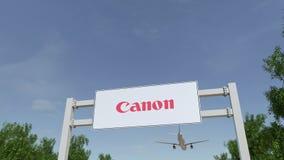 Vliegtuig die over de reclame van aanplakbord met Canon Inc vliegen embleem Redactie 3D het teruggeven 4K klem royalty-vrije illustratie