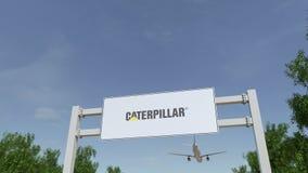 Vliegtuig die over de reclame van aanplakbord met Caterpillar Inc vliegen embleem Redactie 3D het teruggeven 4K klem stock footage