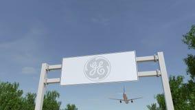 Vliegtuig die over de reclame van aanplakbord met General Electric-embleem vliegen Het redactie 3D teruggeven Royalty-vrije Stock Afbeeldingen