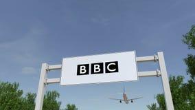 Vliegtuig die over de reclame van aanplakbord met het Britse embleem van het Omroepbbc vliegen Het redactie 3D teruggeven Royalty-vrije Stock Afbeeldingen
