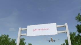 Vliegtuig die over de reclame van aanplakbord met het embleem van Johnson vliegen ` s Redactie 3D het teruggeven 4K klem stock footage