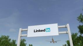Vliegtuig die over de reclame van aanplakbord met LinkedIn-embleem vliegen Redactie 3D het teruggeven 4K klem stock footage