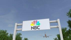 Vliegtuig die over de reclame van aanplakbord met Nationaal Omroep NBC- embleem vliegen Het redactie 3D teruggeven Stock Foto