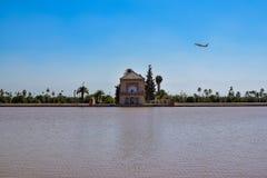 Vliegtuig die over de tuinen van Menara vliegen Royalty-vrije Stock Afbeelding
