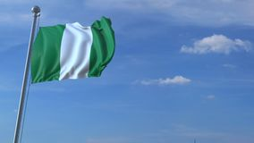 Vliegtuig die over golvende vlag van Nigeria vliegen stock footage