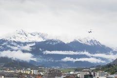 Vliegtuig die over Sneeuwbergen in Insbruck vliegen Stock Foto's