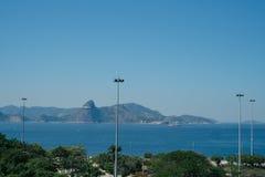 Vliegtuig die in Rio de Janeiro over strand landen Stock Foto