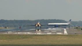 Vliegtuig die terwijl het vliegtuig voorbereidingen treft van start gaan stock videobeelden