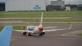 Vliegtuig die vóór vertrek taxi?en stock footage