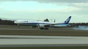 Vliegtuig die van ANA in Frankfurt landen stock footage