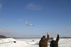 Vliegtuig die van bevroren meer van start gaan Stock Afbeeldingen