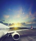 Vliegtuig die van de luchthaven opstijgen fragment van het lichaam van vliegtuigen Stock Fotografie