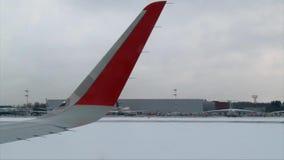 Vliegtuig die van luchthaven, de winterdag opstijgen stock videobeelden