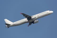 Vliegtuig die van luchthaven op vakantie opstijgen Stock Foto
